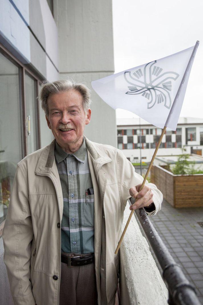 Þór segir sólstöðugönguna í ár þá 35. hér á landi. Hann heldur á flaggi sem hann segir tákn fyrir gönguna, hannað af Ágústu Snæland.