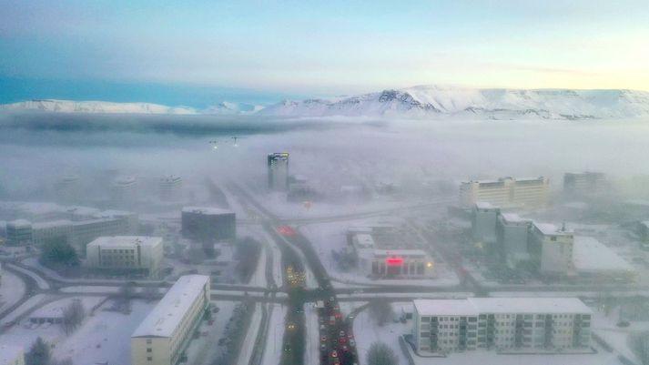 Hafnarfjarðarvegi hefur verið lokað vegna bílveltu.