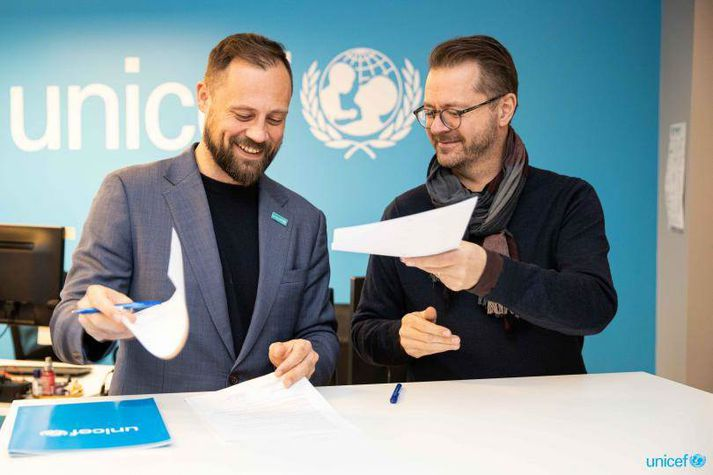 Bergsteinn Jónsson og Skarphéðinn Guðmundsson undirrita sammnginn fyrir hönd UNICEF og RÚV.