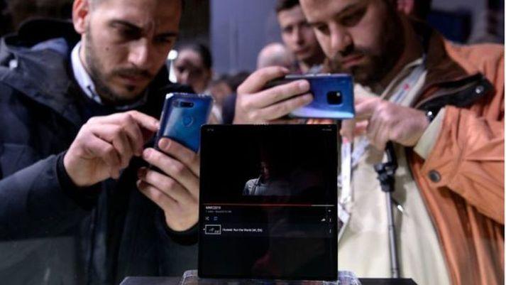 Viðstaddir fengu að skoða nýja Mate X símann frá Huawei. Samsung hefur hins vegar ekki enn leyft slíka grandskoðun.