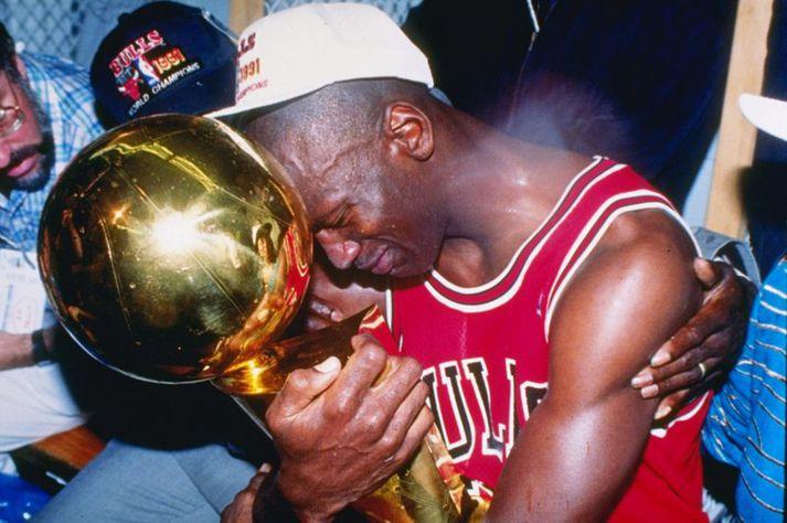 Michael Jordan með bikarinn.