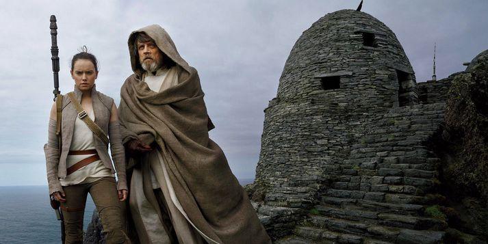 Rey reynir að draga Luke Skywalker, lúinn og uppgefinn, aftur í stjörnustríðin en útlitið er ekki gott þar sem sá sem var nýja vonin fyrir 40 árum er nú útbrunninn.