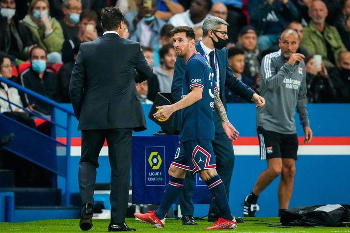 Lionel Messi virtist ansi hissa þegar að þjálfari PSG, Mauricio Pochettino skipti honum af velli síðasta sunnudag.