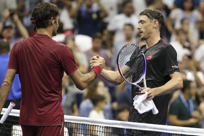 John Millman þakkar Roger Federer fyrir leikinn.