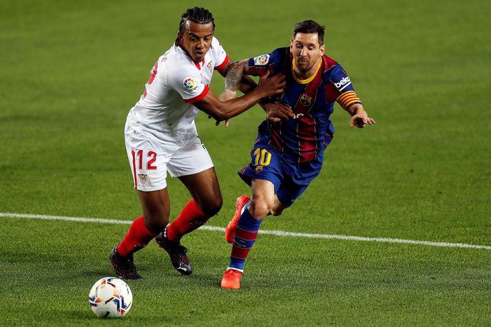 Koundé í baráttunni við Lionel Messi síðasta vetur.