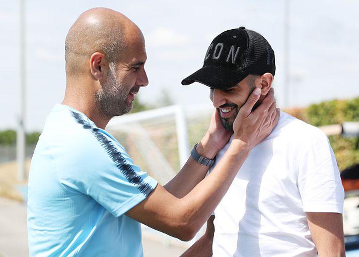 Pep Guardiola tekur Mahrez opnum örmum