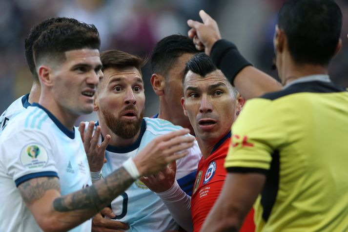 Messi og Medel fá rauða spjaldið.