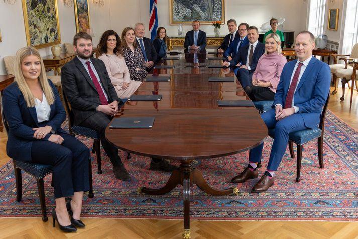 Ríkisstjórn Íslands ásamt forseta Íslands og Bryndísi Hlöðversdóttur ráðuneytisstjóra í forsætisráðuneytinu.