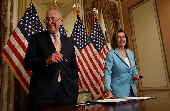 Chuck Schumer og Nancy Pelosi vilja tryggja að bakgrunnsathuganir nái um alla skotvopnakaupendur.