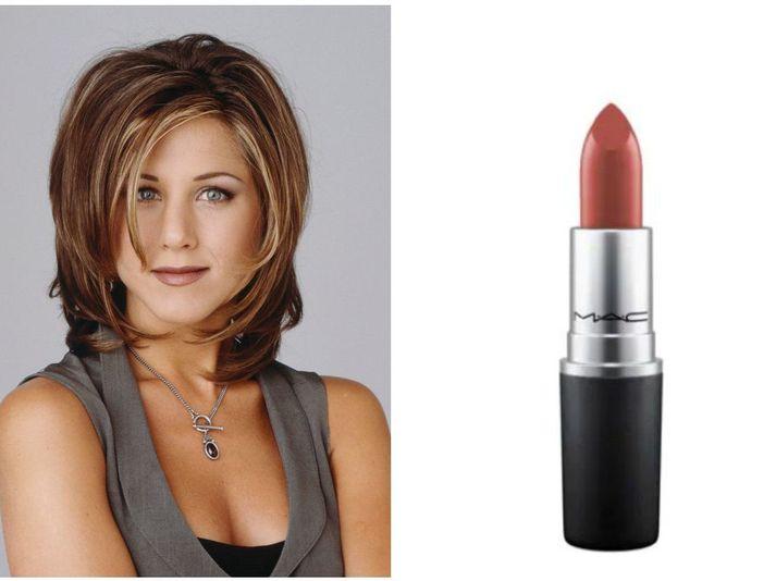 Persónan Rachel Green, leikin af Jennifer Aniston, hefur af mörgum verið talin ein af táknmyndum tísku tíunda áratugarins. Hún er þekkt fyrir svokallaða Rachel-hárgreiðslu og brúntóna varalit.