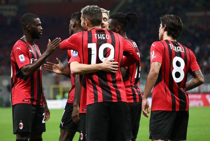 Leikmenn AC Milan fagna öðru marki sínu í kvöld.