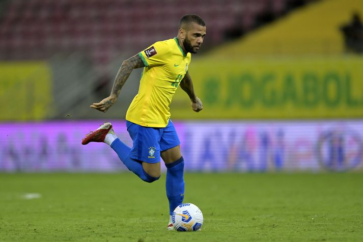 Dani Alves í leik með Brasilíu gegn Perú í undankeppni HM 2022.