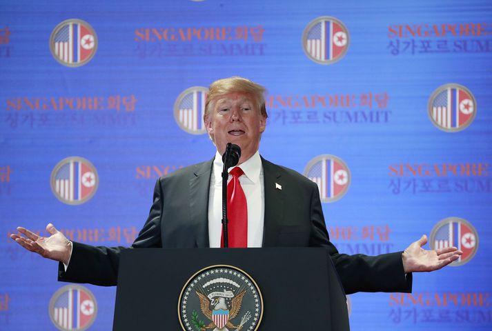 Trump ræddi lengi við fréttamenn eftir að fundi hans og Kim lauk.