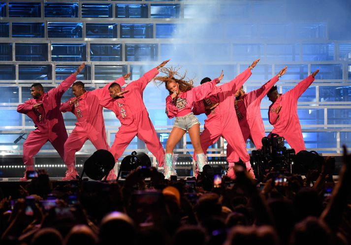 Beyoncé á sviðinu á Coachella í fyrra með hópi dansara.