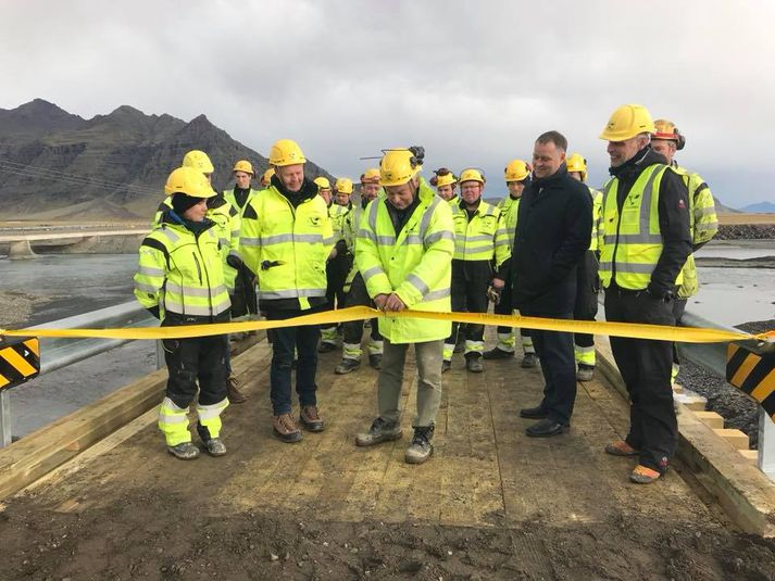 Bráðabirgðabrú yfir Steinavötn var opnuð með borðaklippingu þann 4. október árið 2017 eftir að flóð hafði eyðilagt gömlu brúna, sem sést í vinstra megin.