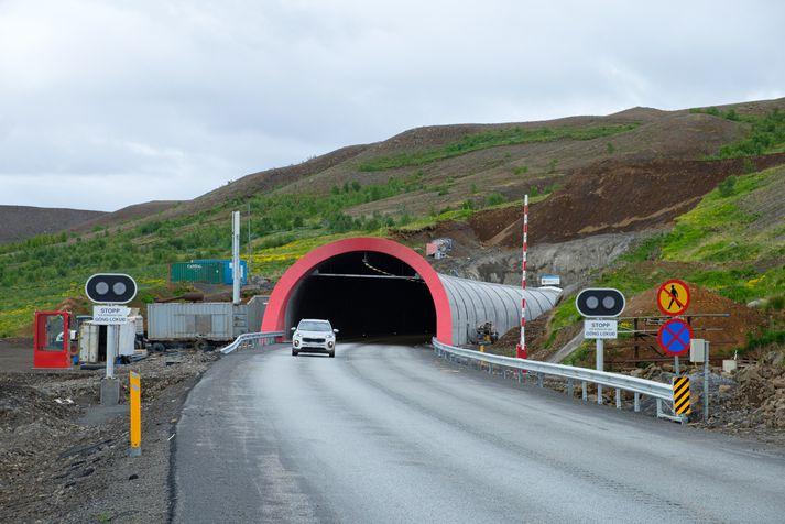 Túristar fara um Vaðlaheiðargöng.