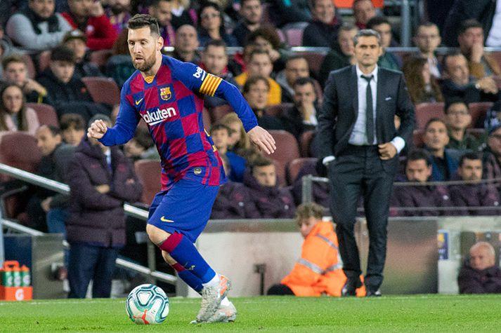 Messi með boltann og Valverde fylgist með.