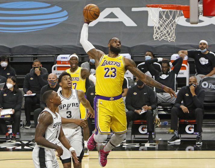 LeBron James treður boltanum í körfuna í leik með Los Angeles Lakers í NBA deildinni.
