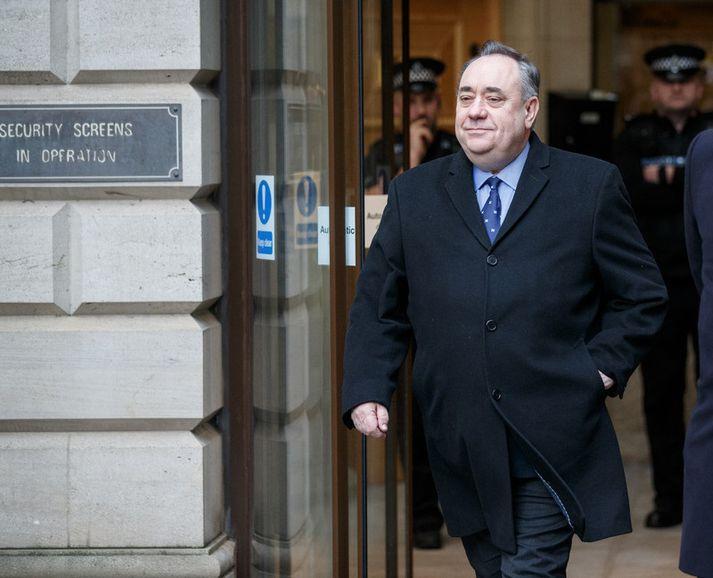 Alex Salmond yfirgefur dómshúsið í Edinborg í morgun.