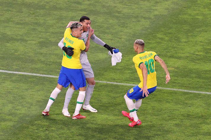 Santos, Reinier og Richarlison fagna eftir sigur Brasilíu á Mexíkó í undanúrslitum Ólympíuleikanna í Tókýó.