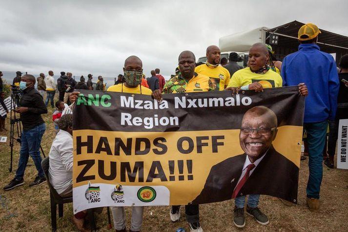 Nokkur fjöldi stuðningsmanna Zuma hafði safnast saman fyrir utan höll hans síðasta sunnudag og reyndu að koma í veg fyrir að hann yrði handtekinn.