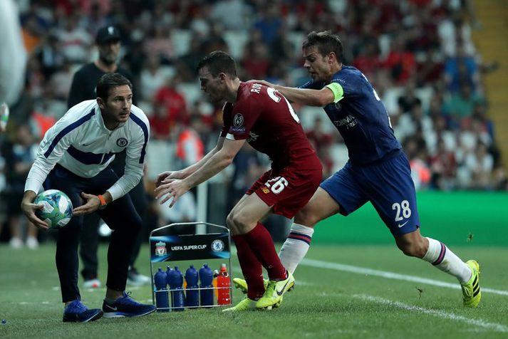 Frank Lampard tekur boltann eftir baráttu á milli Andy Robertson og Cesar Azpilicueta.