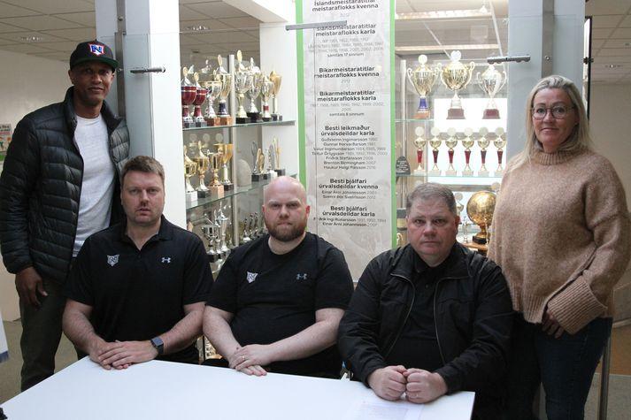 Þjálfarar karlaliðs Njarðvíkur, þeir Halldór Karlsson, Einar Árni Jóhannsson og Friðrik Ingi Rúnarsson, ásamt Brenton Birmingham varaformanni og Kristínu Örlygsdóttur formanni.
