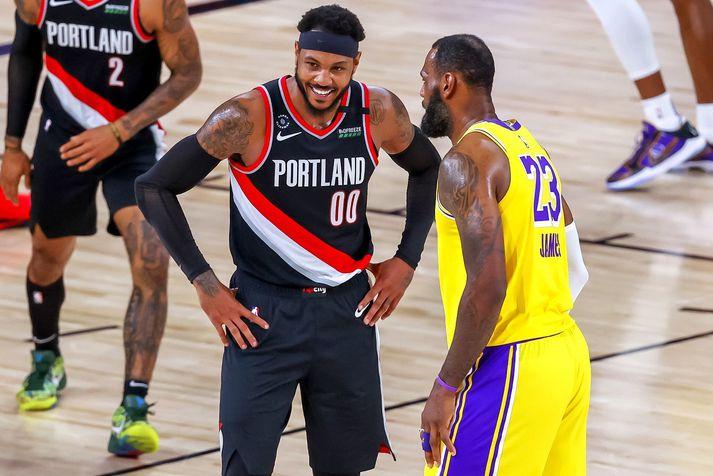 Carmelo Anthony og LeBron James eigast við í leik Los Angeles Lakers og Portland Trail Blazers og það virðist vera sem James hafi þarna laumað einum brandara í eyra Melo.