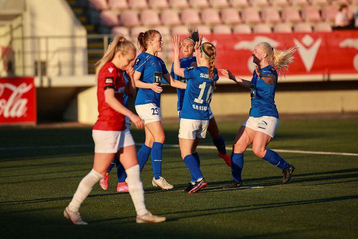 Stjörnukonur fagna eftir að Hildigunnur Ýr Benediktsdóttir minnkaði muninn í 2-1 gegn Val.