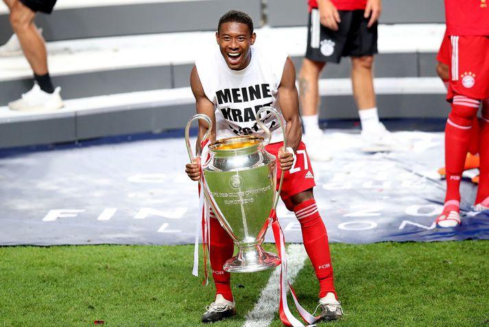 David Alaba með Meistaradeildarbikarinn eftir sigur Bayern München í úrslitaleiknum í ágúst.