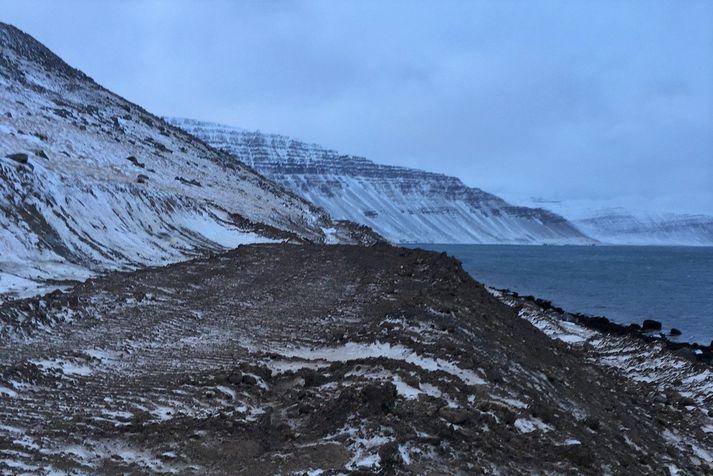 Þegar mótar fyrir nýju vegstæði Vestfjarðavegar um Mjólkárhlíð í Arnarfrði.
