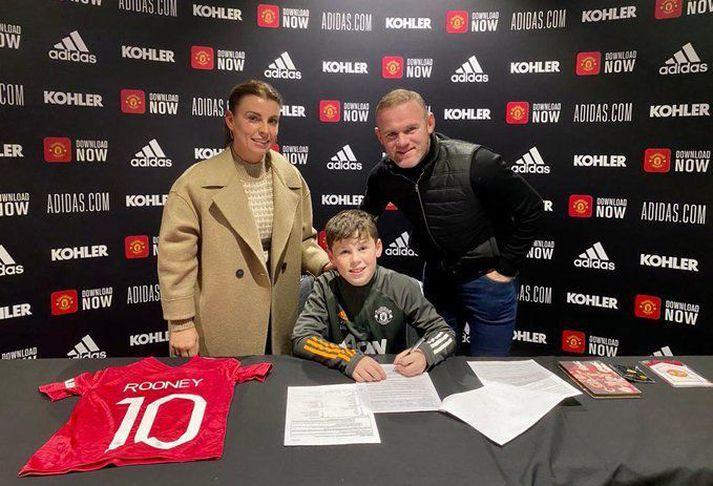 Rooney birti þessa mynd af fjölskyldunni í kvöld eftir undirskriftina.