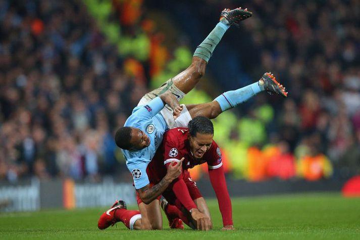 Raheem Sterling hjá Manchester City í samstuði við Virgil Van Dijk hjá Liverpool en það þarf væntanlega að fresta næsta leik liðanna inn á sumarið vegna þátttöku Manchester City í enska bikarnum.
