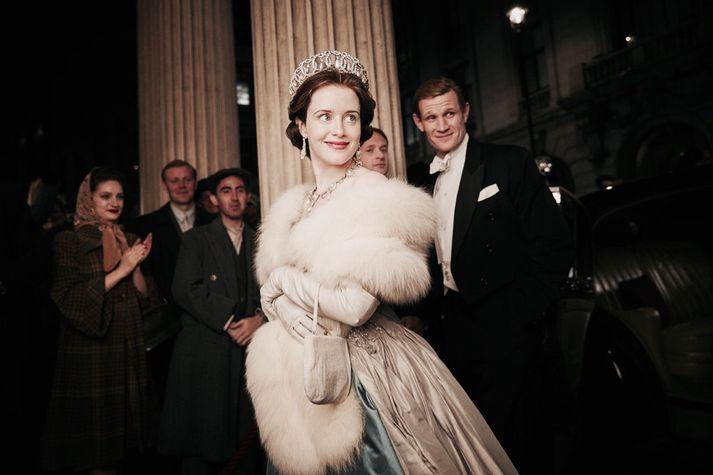 Claire Foy í hlutverki Englandsdrottningar en fyrir aftan hana stendur Matt Smith í hlutverki eiginmanns drottningarinnar.