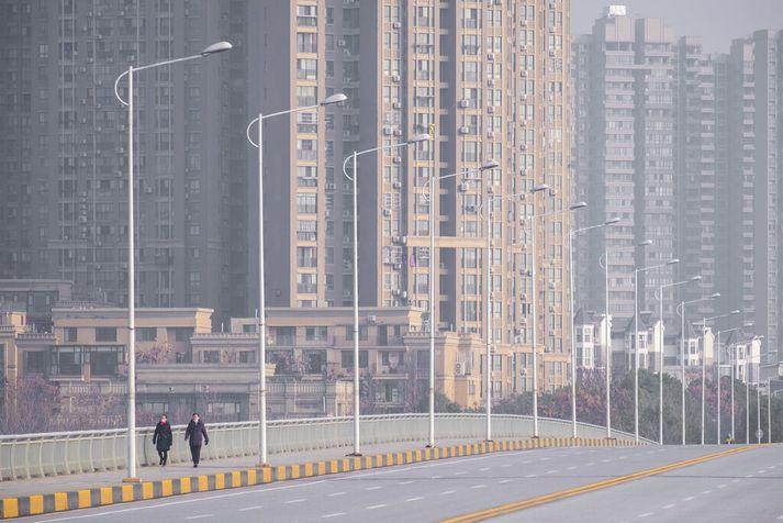 Myndin er tekin fyrr í vikunni á tómum götum Wuhan-borgar.