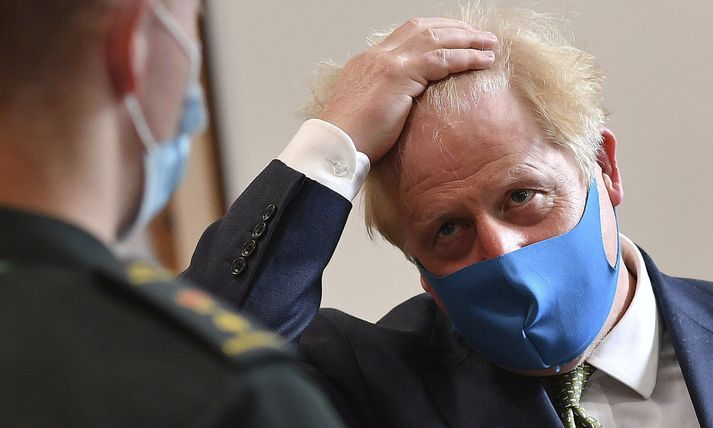 Boris Johnson skartaði grímu þegar hann heimsótti höfuðstöðvar sjúkraflutninga Lundúna í morgun.