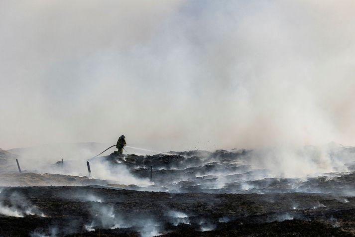 Slökkvilið berst við sinueld á Vatnsleysuströnd í gær.
