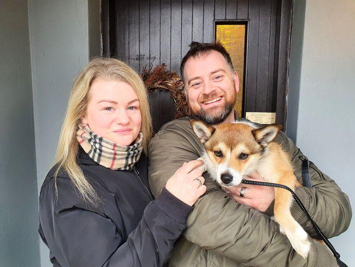 María Ísrún og óskar Ingi með Myrru sína, sem þau segja æðislegan hund en hún er svokallaður Lunda-hundur.