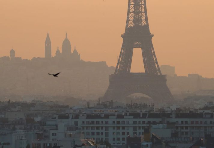 Eiffel-turninn í mengunarmistri yfir París.