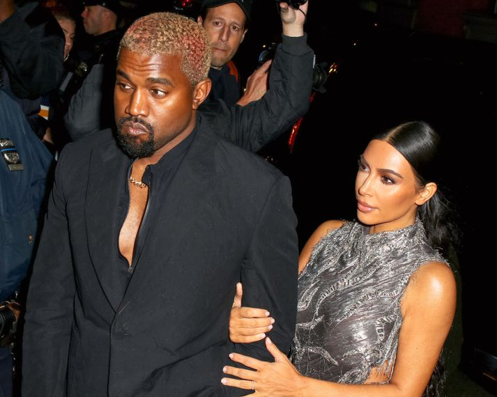 Kanye West og Kim Kardashian sjást hér á leið á frumsýninguna í New York í gærkvöldi.