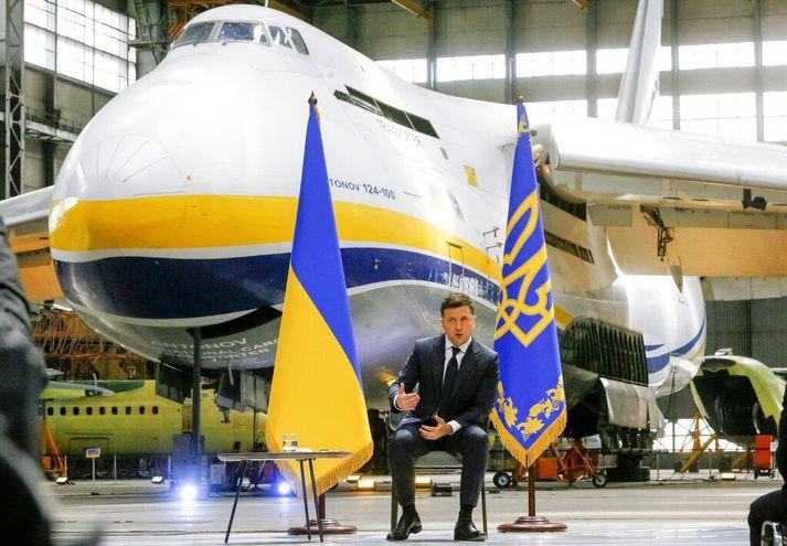Volodýmýr Zelenskíj, forseti Úkraínu, ræddi við fjölmiðla við Antonov An-222 Mriya flugvél, stærstu flugvél heims, í dag.