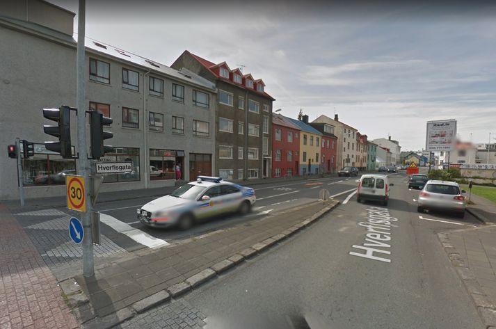 Atvikið átti sér stað á Hverfisgötu skammt frá gatnamótum við Snorrabraut.