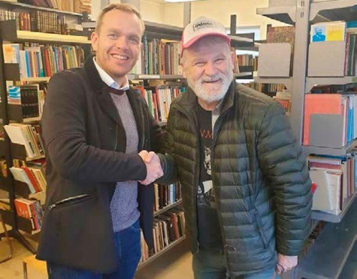 Elfar Logi Hannesson, leikari og leikhússtjóri, og Guðmundur Gunnarsson, bæjarstjóri Ísafjarðarbæjar, handsöluðu samkomulagið í síðustu viku.