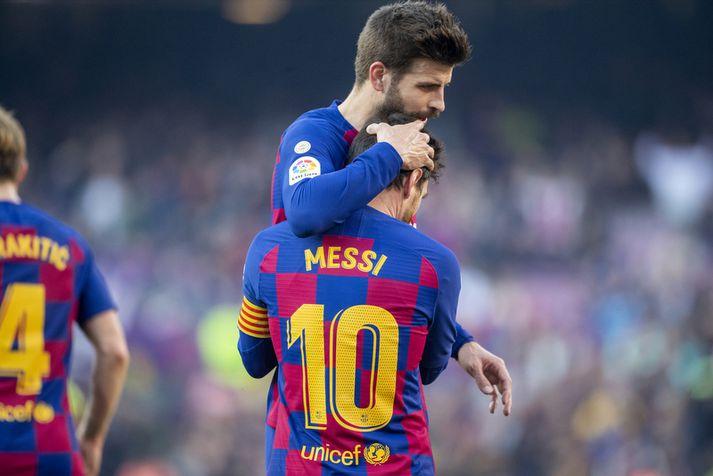 Gerard Pique með Lionel Messi eftir að sá síðarnefndi skorar fernu í spænsku deildinni um helgina.