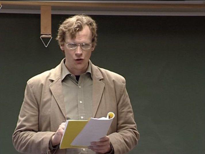 Hálfundarlega jólatengingu má finna í þessu atriði úr Svínasúpunni.