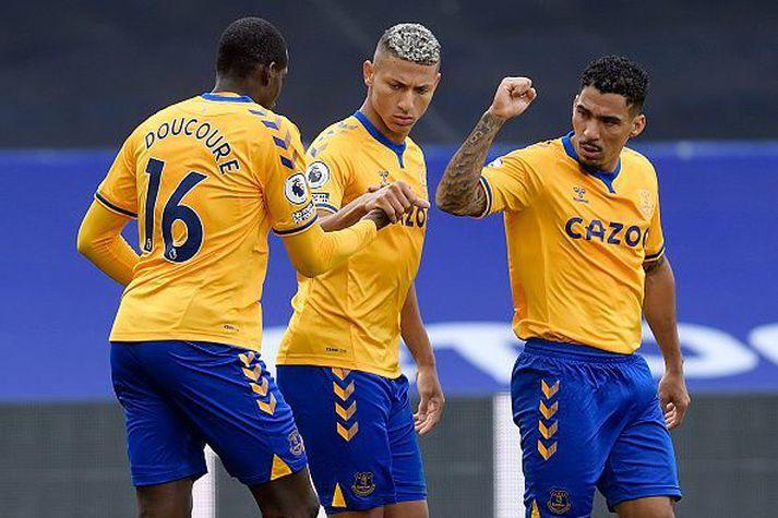Allan, Richarlison og Doucoure fagna sigurmarki Everton sem skaut þeim á toppinn.