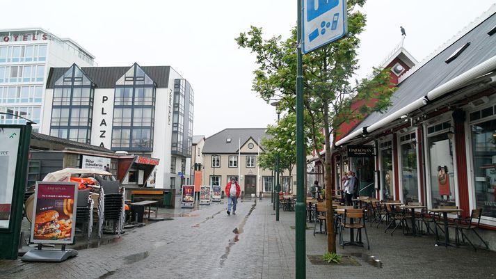 Árásin var framin á Hafnarstræti, milli Hlöllabáta og Fjallkonunnar.