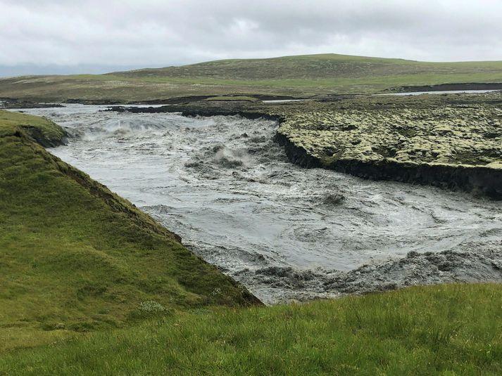 Rennslið við Sveinstind var komið í um 613 rúmmetra á sekúndu um klukkan tvö í dag.