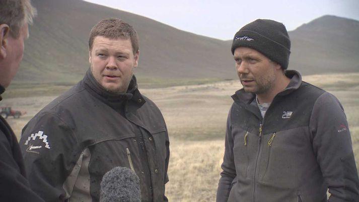 Bændurnir Agnar Benediktsson og Jón Björgvin Vernharðsson í viðtali í Desjarárdal. Kárahnjúkar í baksýn.