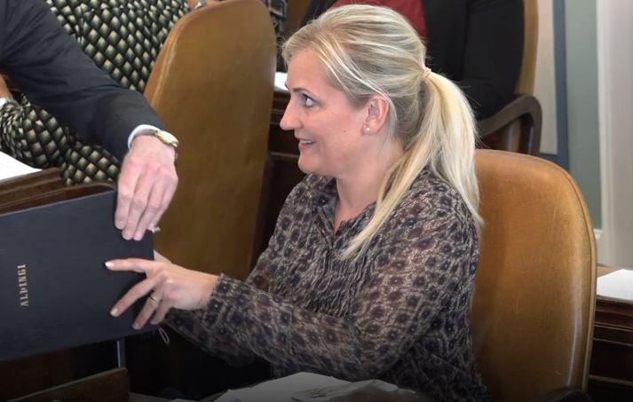Nanna Margrét eftir að hafa skrifað undir drengskaparheit að stjórnarskránni.